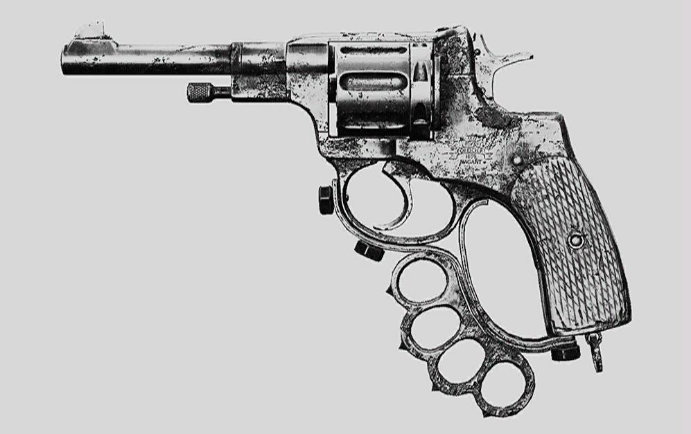"""Револьвер Nagant M1895 Officer Brawler в Hunt: Showdown. Изображение из """"Книги оружия"""""""